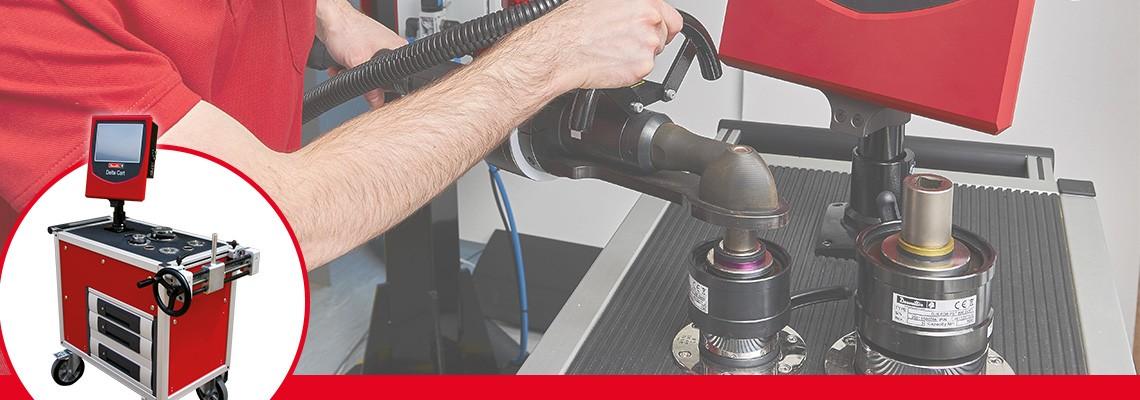 I simulatori di giunzione vengono impiegati per riprodurre le normali condizioni di utilizzo di un utensile, in modo tale che la calibrazione dell'utensile sia adatta alla resilienza del giunto in cui viene utilizzato l'utensile sulla linea.<br/>La scelta di minore o maggiore rigidità è necessaria in quanto la coppia sviluppata dalla maggior parte degli strumenti varia in base alla rigidità articolare.<br/>Ogni simulatore di giunto è identificato da due anelli colorati che permettono velocità e facilità di riconoscimento da parte dell'operatore.<br/>
